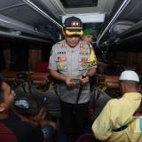 Kapolres Situbondo saat memeriksa identitas penumpang di atas bus. (Foto Sony Haryono / Situbondo TIMES)