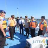 Kapolres Situbondo saat mengecek kondisi kapal Ferri di Pelabuhan Jangkar Situbondo (Foto Heru Hartanto / Situbondo TIMES)