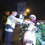 Kapolres saat memberikan naskot pada pedagang di depan pasar Ngemplak (foto : Joko Pramono/ Jatim Times)