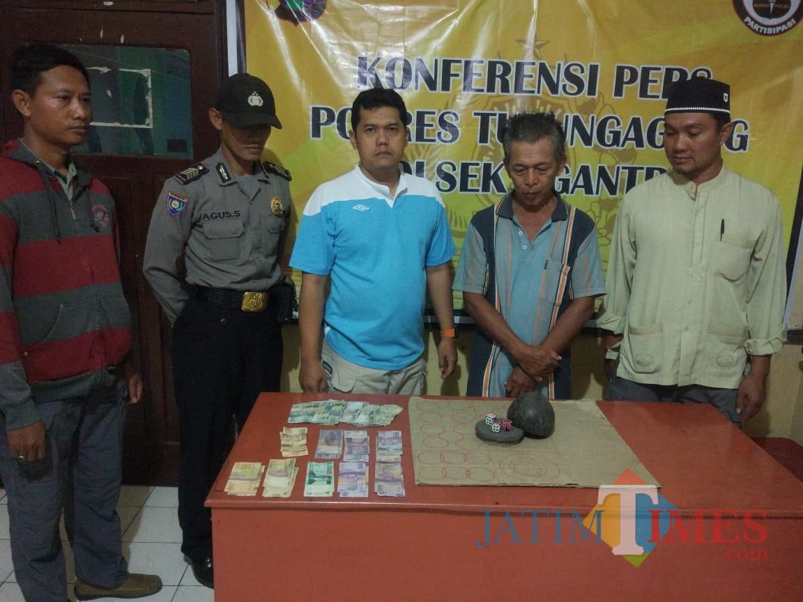 Pelaku diamankan bersama barang bukti / Foto : Dokpol / Tulungagung TIMES