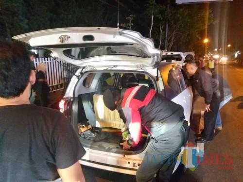 Petugas saat memeriksa mobil salah satu pengendara di Jl Trunojoyo, Minggu (19/5/2019) dini hari.