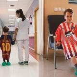 Salah satu pasien saat menggunakan  jersey sepak bola untuk melakukan operasi. (Foto: istimewa)