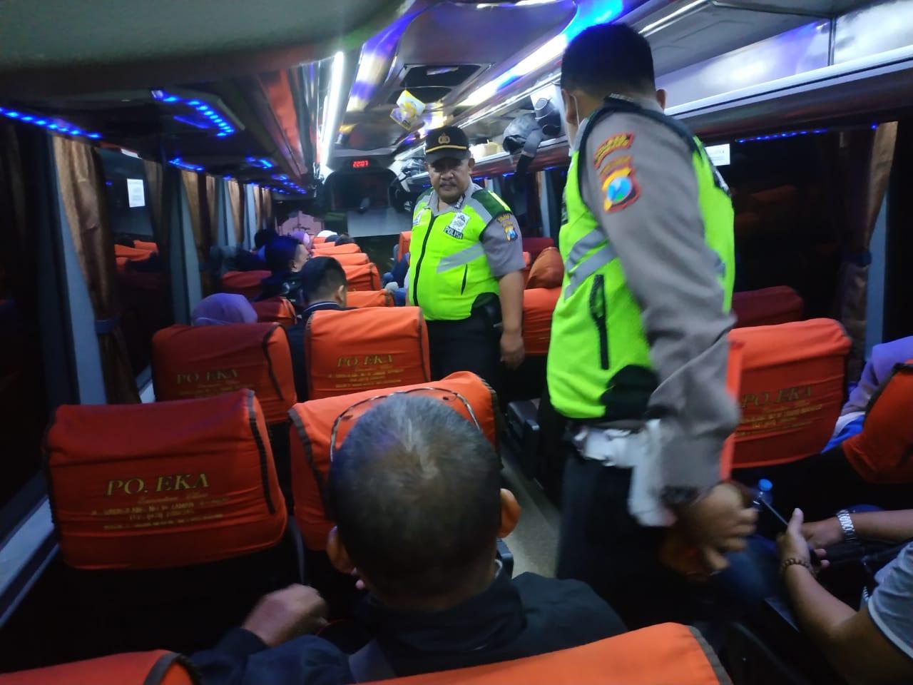 Sejumlah anggota Polres Jombang saat melakukan pemeriksaan kepada para penumpang bus. (Istimewa)