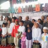 Suasana santunan anak yatim oleh PWS di Pantai Cacalan Lingkungan Sukowidi Klatak Kalipuro Banyuwangi, Minggu (19/5/19).