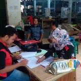 Tim DLH Pemkab Blitar saat sidak ke salah satu pabrik rokok akhir tahun 2018 kemarin.(Foto : Aunur Rofiq/BlitarTIMES)