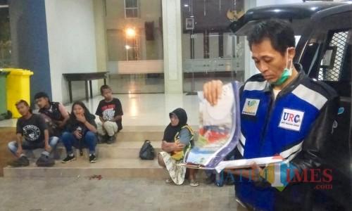 Tim Dinas Sosial Kota Batu saat mendata gepeng di  halaman Balai Kota Among Tani, Sabtu (18/5/2019) malam.
