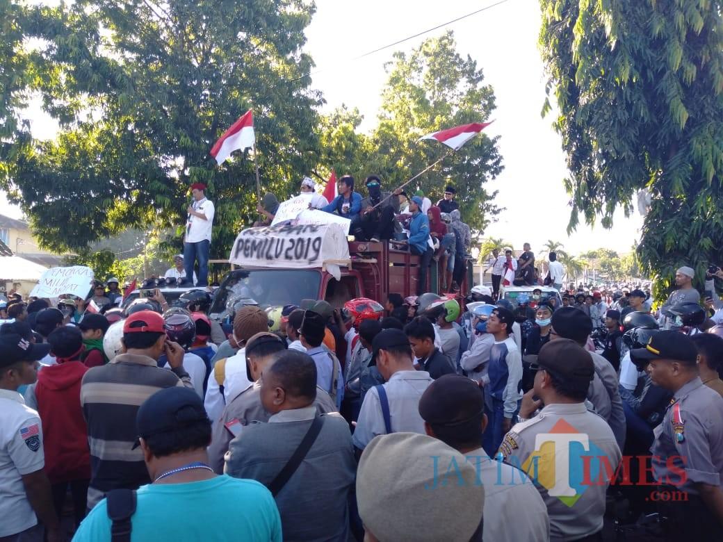 Ahmad Zainuri Ghazali penanggungjawab aksi diatas truk saat orasi menggunakan kemeja putih kopyah merah (Foto Sony Haryono / Situbondo TIMES)