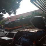 Bus yang diamankan petugas kepolisian di Polres Malang Kota saat akan berangkat ke Jakarta (Anggara Sudiongko/MalangTIMES)