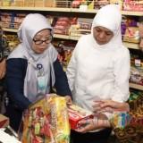 Gubernur Jawa Timur Khofifah Indar Parawansa saat meninjau salah satu toko. (Foto: instagram @khofifah.id