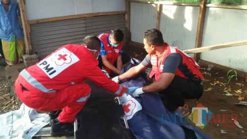 Ilustrasi petugas saat mengevakuasi korban kasus penemuan mayat, Kabupaten Malang (Foto : Dokumen MalangTIMES)