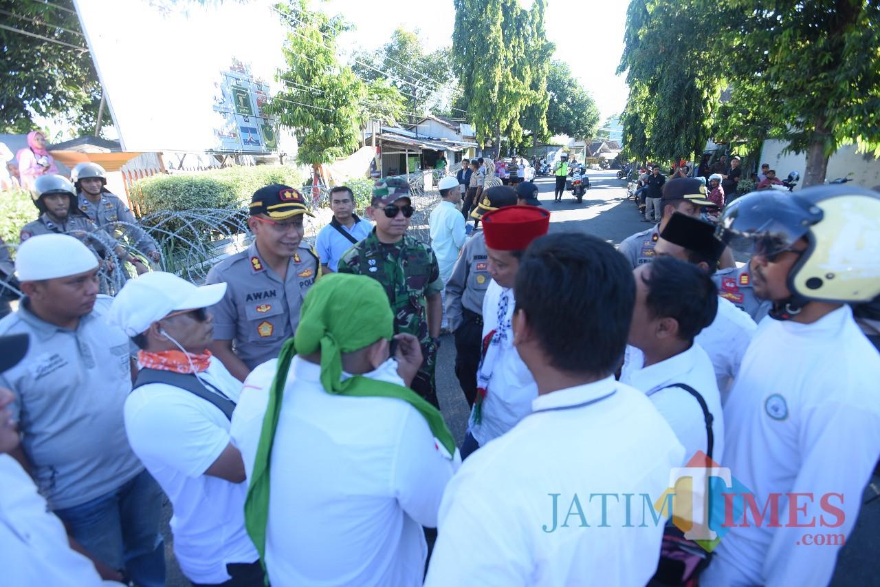Kapolres bersama Dandim saat berbaur dengan para pendemo (Foto Heru Hartanto / Situbondo TIMES)