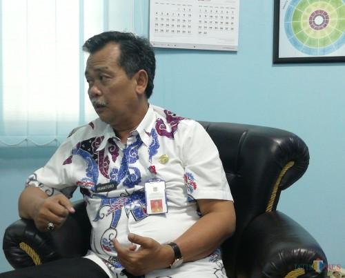 Kepala DPMPTSP Kabupaten Malang Iriantoro di ruang kerjanya. (Nana)