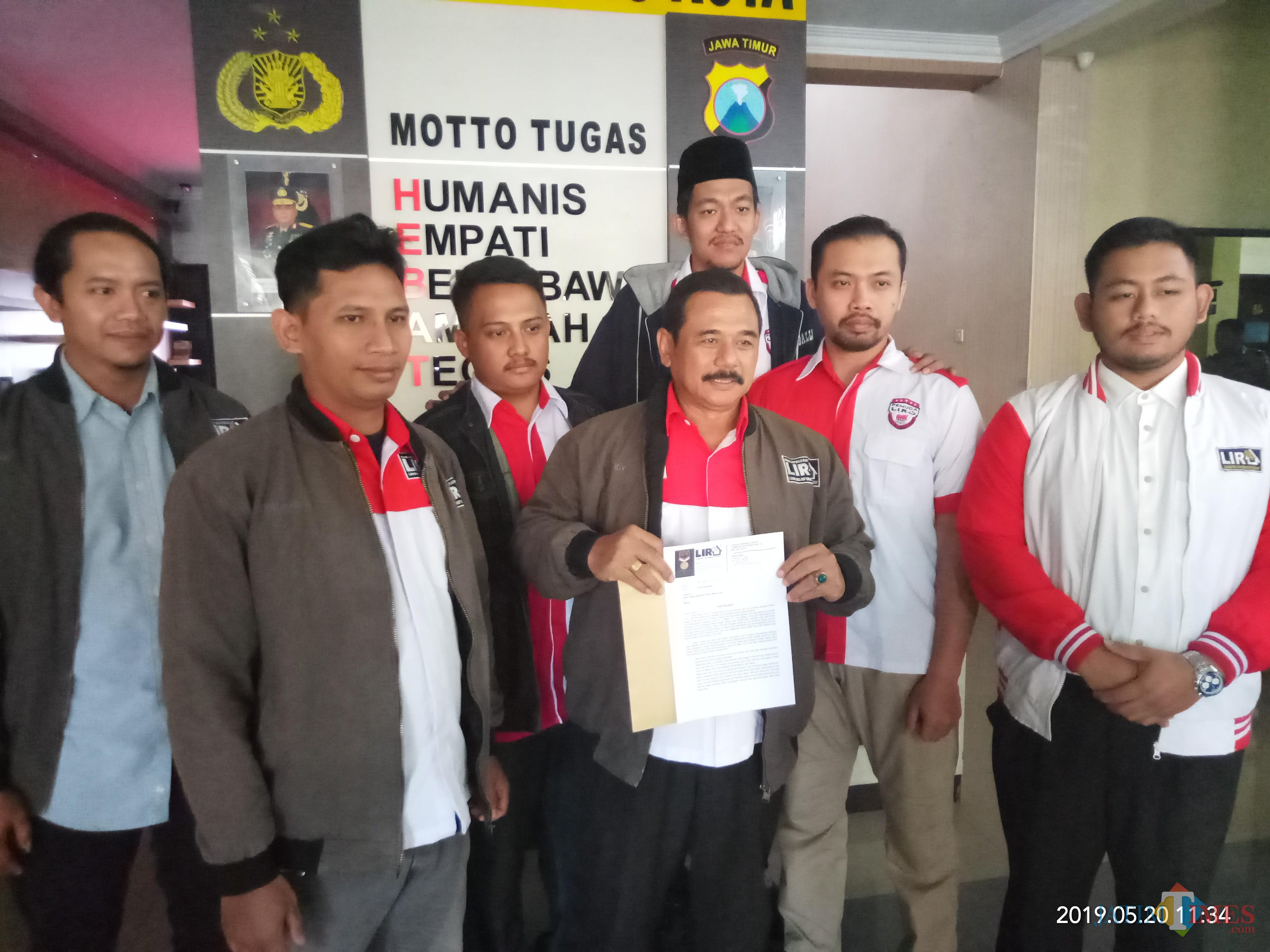 LIRA Malang Raya saat membuat aduan ke Polres Malang Kota mengenai kasus buka bersam Oppo Malang (Anggara Sudiongko/MalangTIMES)