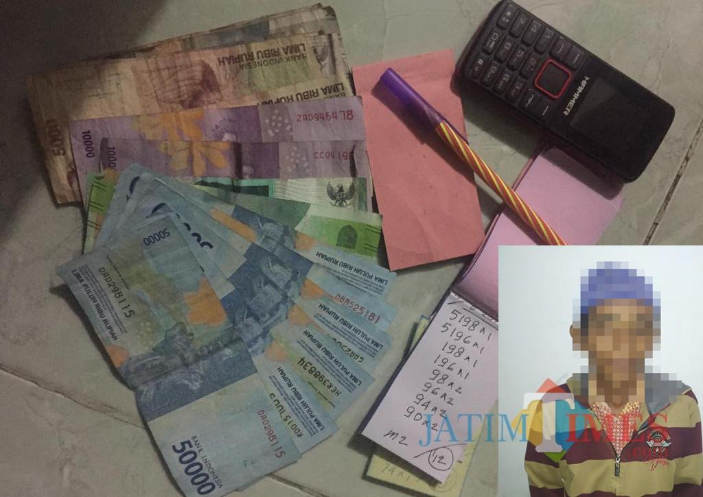 MS penjual togel dan barang buktinya. (Foto Heru Hartanto / Situbondo TIMES)