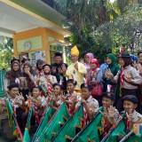 Mendikbud Muhadjir Effendy (memakai baju adat berwarna kuning) saat berfoto bersama siswa. (Foto: Imarotul Izzah/MalangTIMES)