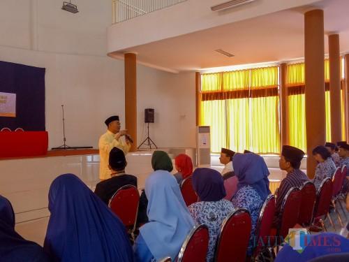 Mendikbud Muhadjir Effendy saat memberi sambutan dalam pembekalan guru SD di Gedung Pertamina SMKN 2 Malang. (Foto: Imarotul Izzah/MalangTIMES)