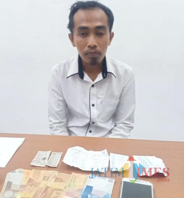 Novi Muryanto alias Itong seusai ditangkap dan diamankan di Mapolsek Kota Banyuwangi bersama barang bukti.