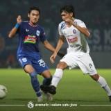 Pemain Arema FC saat dikawal ketat pemain lawan dalam laga ujicoba (official Arema FC)