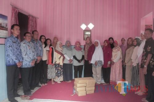 DLH Pemkab Blitar, Lurah Babadan bersama pengurus dan Anggota Bank Sampah Babadan.(Foto : Aunur Rofiq/BlitarTIMES)