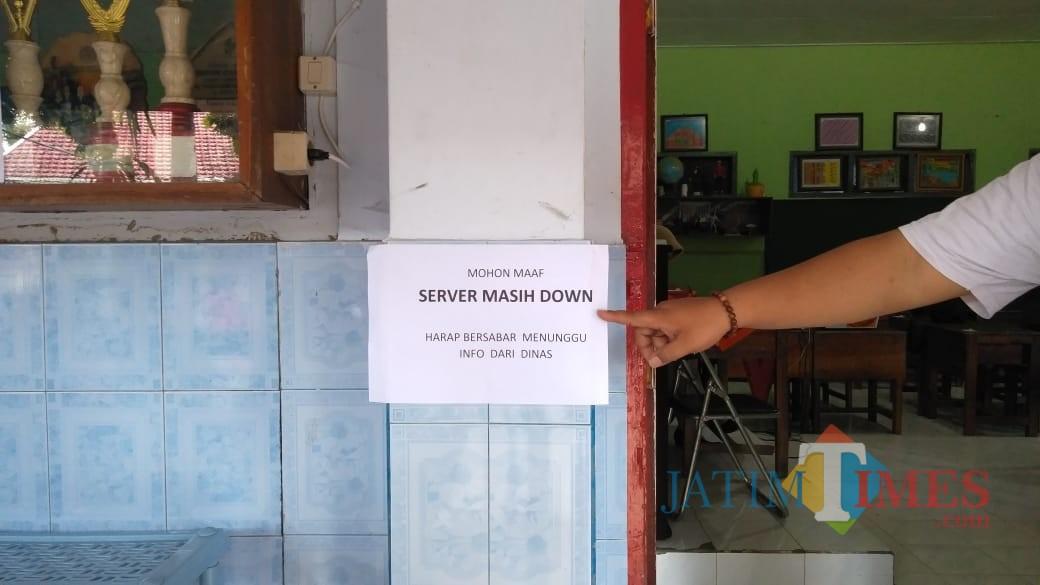 Pengumuman server PPDB tingkat SD dan SMP tahun 2019 yang masih mengalami gangguan jaringan, yang dipasang di Sekretariat SDN Sentul 2 Kota Blitar