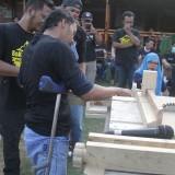 Penyandang disabilitas di Malang belajar membuat kerajinan berbahan kayu. (Foto: Dokumen MalangTIMES)