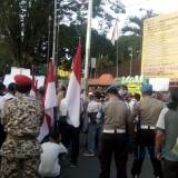 Massa pendukung Prabowo saat kempung kantor KPUD Jember (foto : Moh. Ali Makrus / Jatim TIMES)