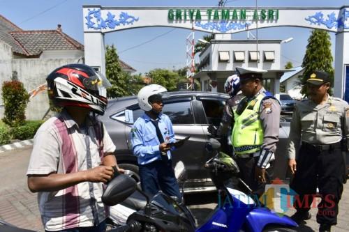 Petugas Polres Batu saat merazia pengguna roda dua di Jalan Ir Soekarno, Kecamatan Junrejo, Senin (20/5/2019).
