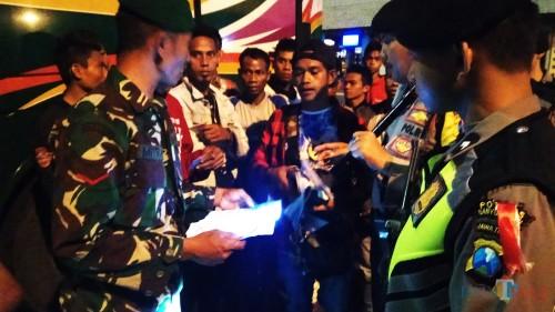 Petugas mengecek dokumen warga NTT yang diamankan di Pelabuhan Ketapang.