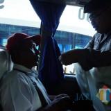 Petugas saat memeriksa identitas salah satu penumpang Bus (foto : Joko Pramono/Jatim times)
