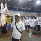 Plt Dirut PD RPH Kota Malang Ade Herawanto saat meninjau proses pemotongan daging sapi. (Foto: Dokumen RPH Kota Malang)