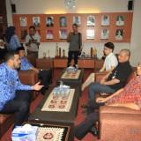 Wali Kota dan Wakil Wali Kota Probolinggo saat menemui pengurus klenteng Tri Dharma Sumber Naga di ruang transit kantor wali kota (Agus Salam/Jatim TIMES)