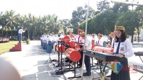 Paduan Suara dari SMA N 1 Jember saat kolaborasi dengan musik Patrol yang dimainkan Siswa SMP di Jember (foto : Moh, Ali Makrus / Jatim TIMES)