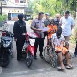 Arip Junaidi dan Evi Melinda Furi (baju tahanan) tersangka pencurian dengan pemberatan, saat sesi rilis di halaman Polres Malang, Kabupaten Malang (Foto : Humas Polres Malang for MalangTIMES)