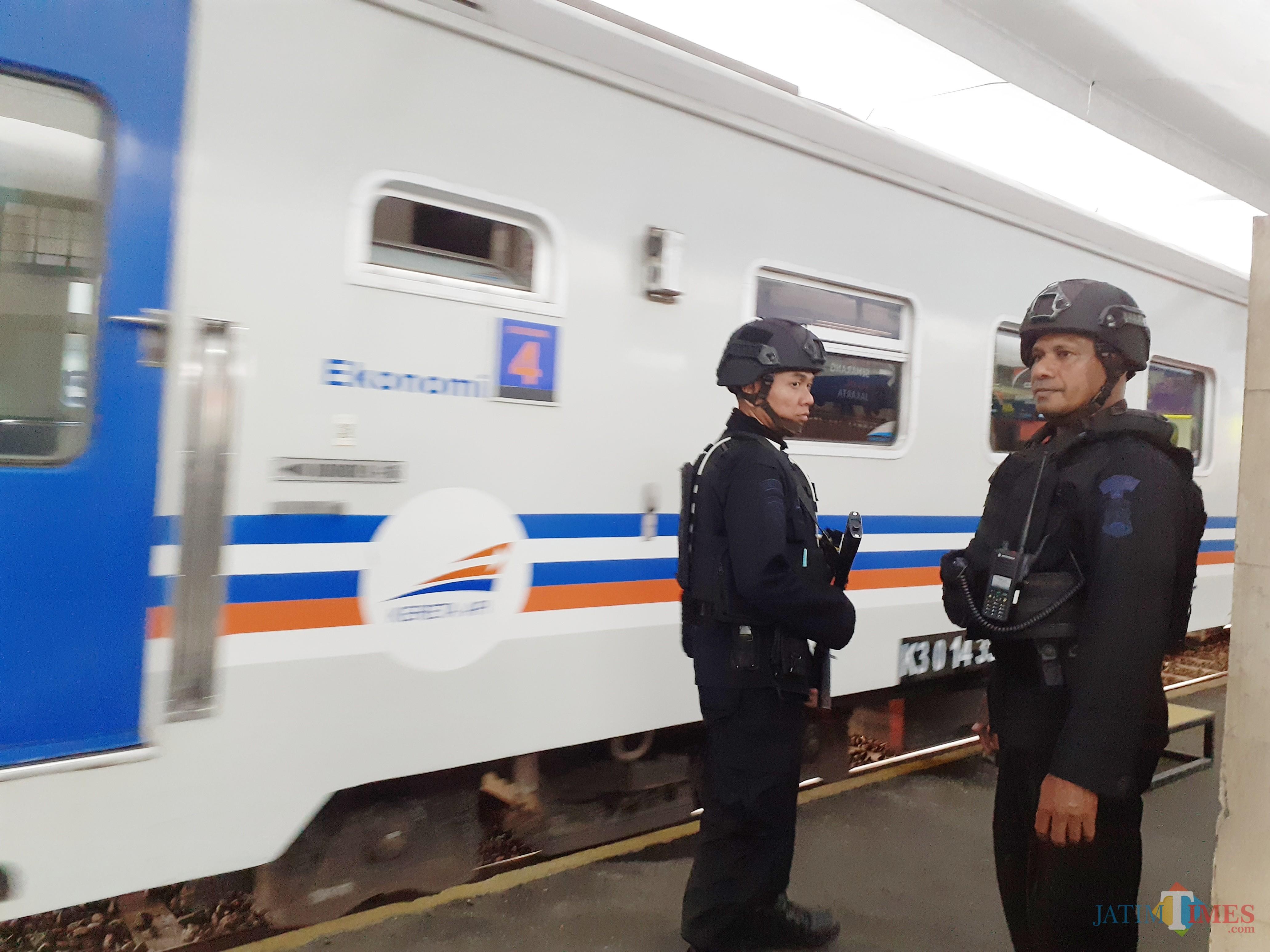 Beberapa petugas kepolisian tengah melakukan patroli di Stasiun Kota Baru. (Arifina Cahyanti Firdausi/MalangTIMES)