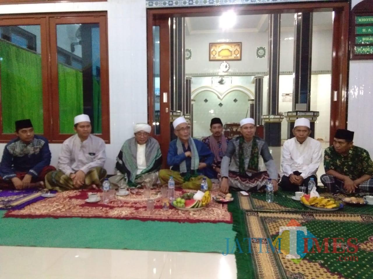 Bupati dan dandim duduk bersama didampingi sejumlah tokoh masyarakat Desa Paguan. Foto: Indra Setiawan/BondowosoTIMES