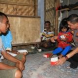Kapolres Probolinggo Kota memberikan Hp ke putri bungsu pasutri Ruman dengan Supriya (Agus Salam/Jatim TIMES)