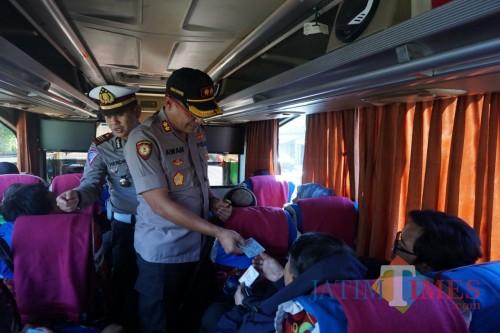 Kapolres Situbondo saat memeriksa penumpang bus. (Foto Heru Hartanto/Situbondo TIMES)