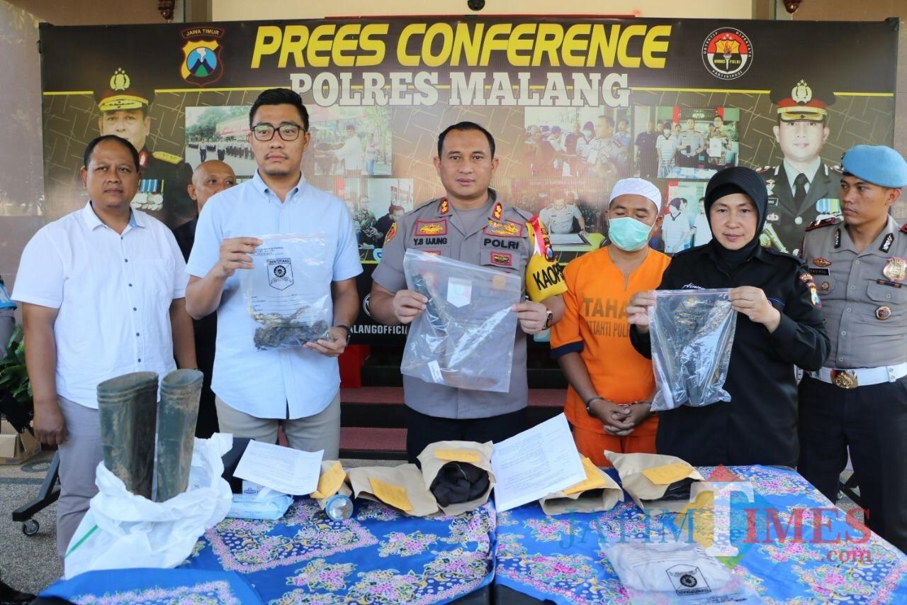 Muhammad Saikhoni (baju oranye) tersangka pembunuhan saat sesi rilis di halaman Polres Malang, Kabupaten Malang (Foto : Humas Polres Malang for MalangTIMES)