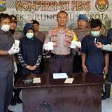 NL (berjilbab)  dan MS (pakai masker)  tertunduk lesu saat perang release oleh Kapolsek Kota,  AKP Rudi Purwanto (foto : Joko Pramono/Jatim times)