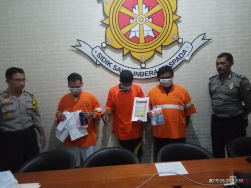 Para pelaku saat menunjukan barang bukti (Anggara Sudiongko/MalangTIMES)
