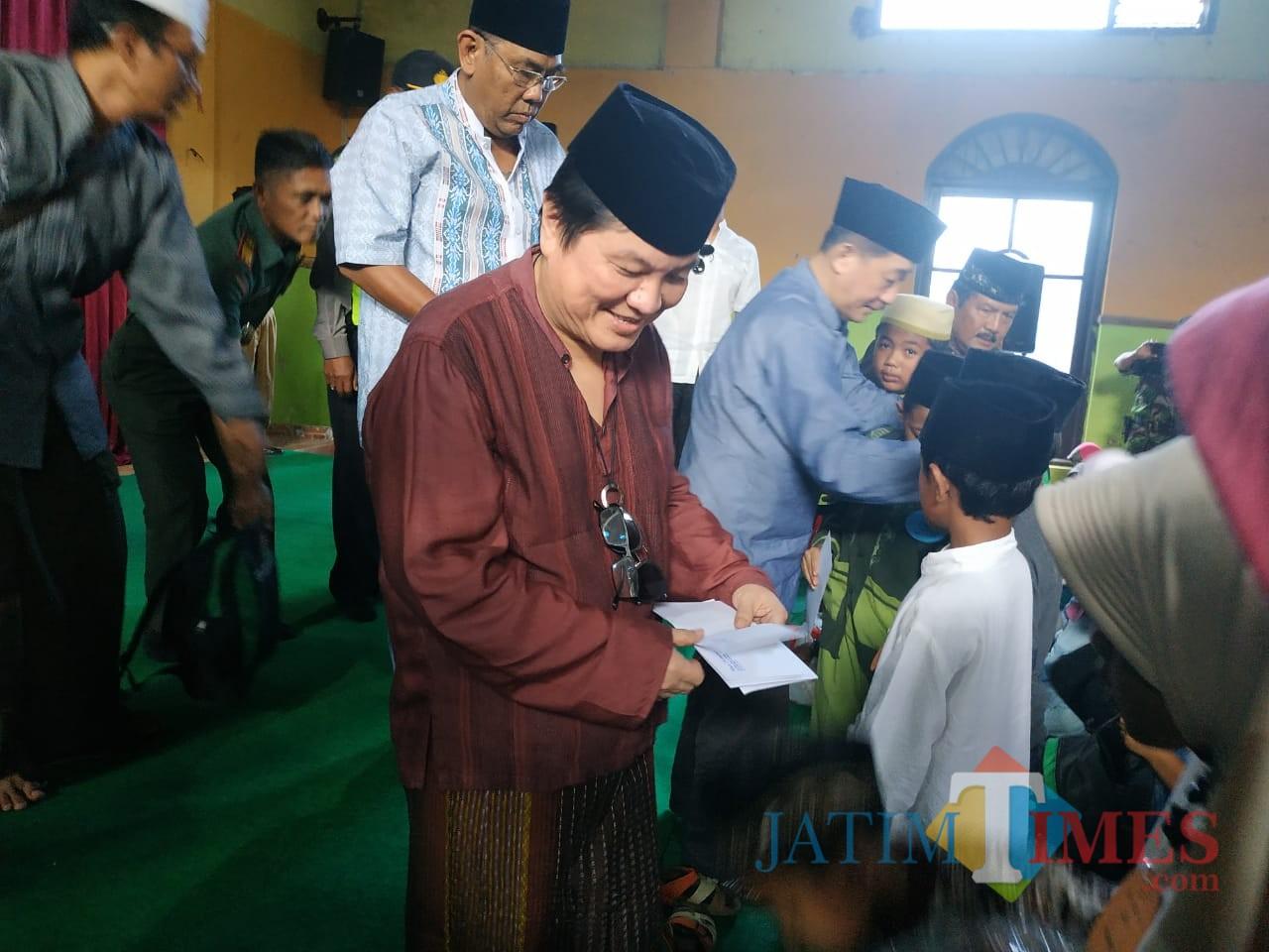Komisaris PT Anugerah Citra Abadi Iwan Kurniawan (paling kiri) saat memberikan santunan kepada anak yatim dan kaum dhuafa, Selasa (21/5/2019)(Hendra Saputra)