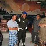 Wali Kota Probolinggo Hadi Zainal Abidin saat berbincang dengan pemilik Cafe Telolet (Agus Salam/JatimTIMES)