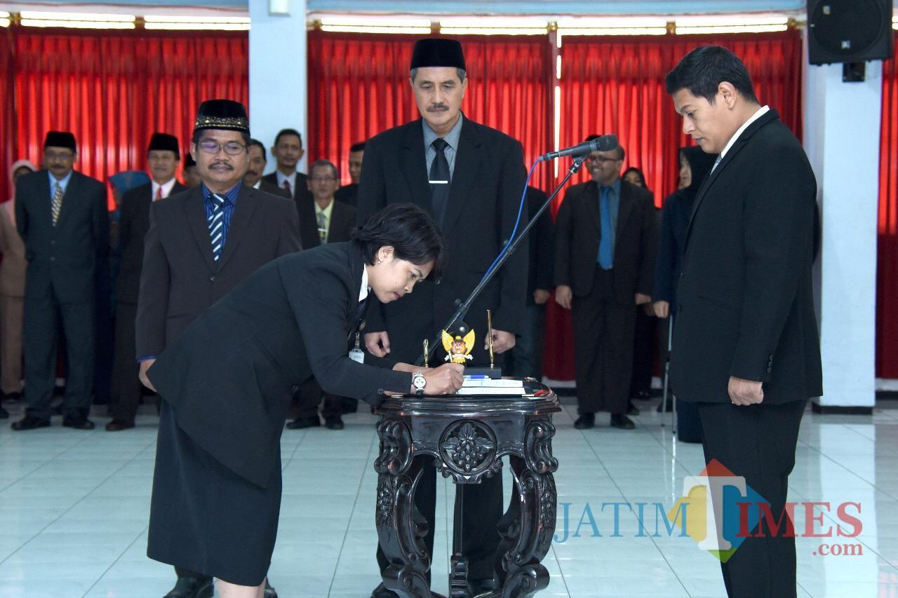 Walikota Kediri Abdullah Abu Bakar melantik beberapa pejabat di ruang Joyoboyo. (eko Arif s /JatimTimes)