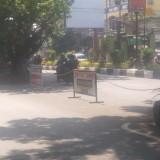 Jalan depan Hotel Maxone yang dilakukan pembuntuan dengan papan dan rantai besi (ist)