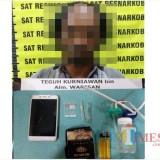 Teguh Kurniawan tersangka beserta barang bukti narkoba saat diamankan jajaran kepolisian, Kecamatan Pagelaran (Foto : Humas Polres Malang for MalangTIMES)