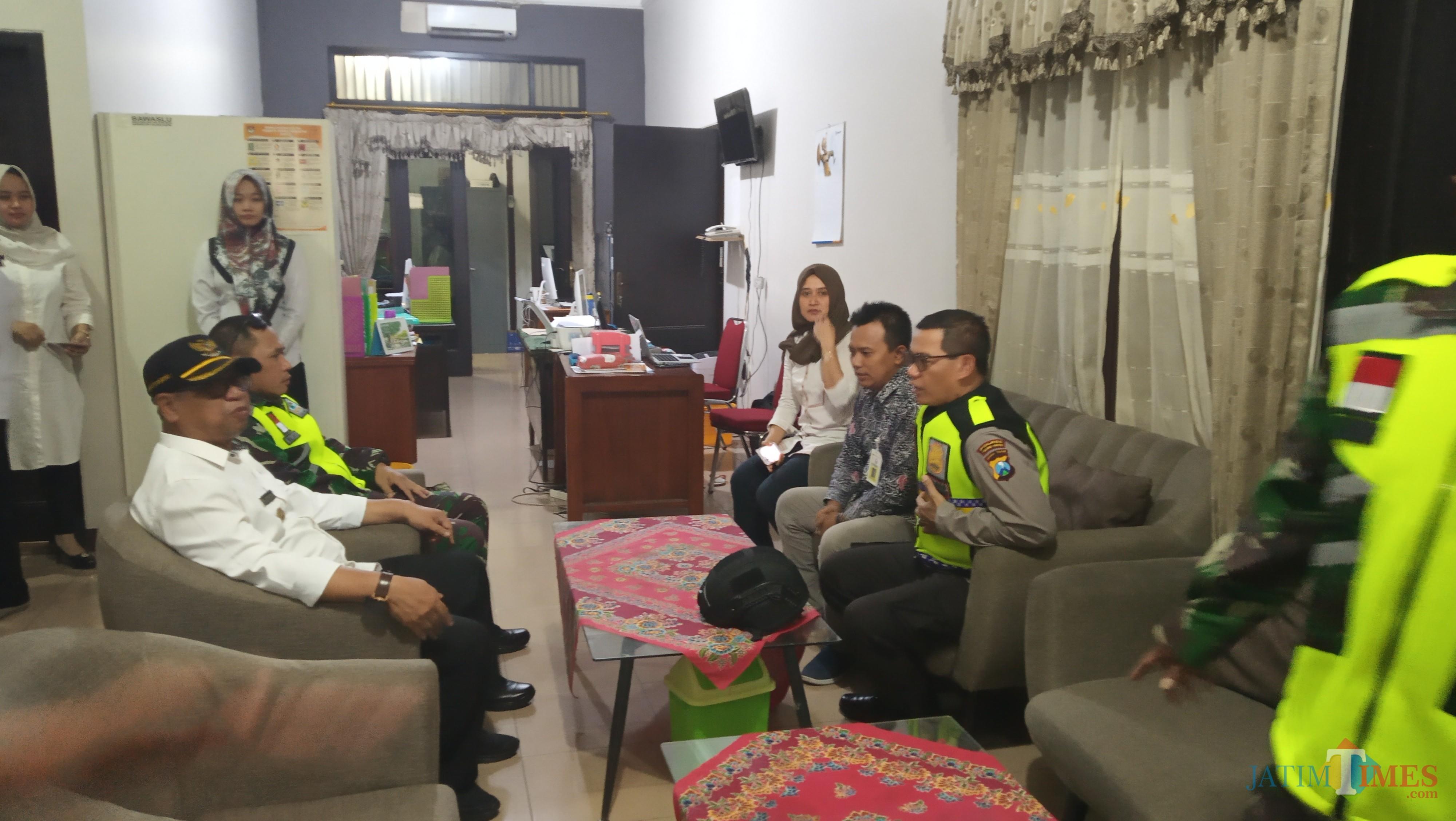 Kapolres,  dandim dan plt bupati saat mengunjungi kantor Bawaslu Tulungagung. (foto : Joko Pramono/jatim times)