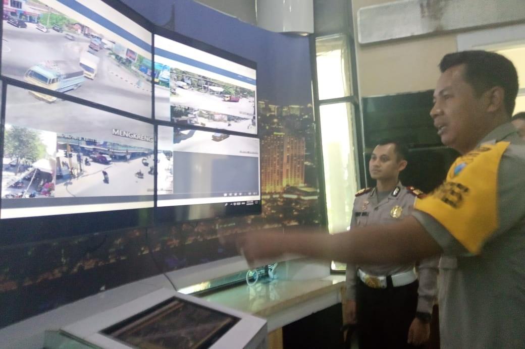 Kapolres Kediri ketika melakukan pemantauan arus lalu lintas melalui command center Polres Kediri. (Foto: Ist)
