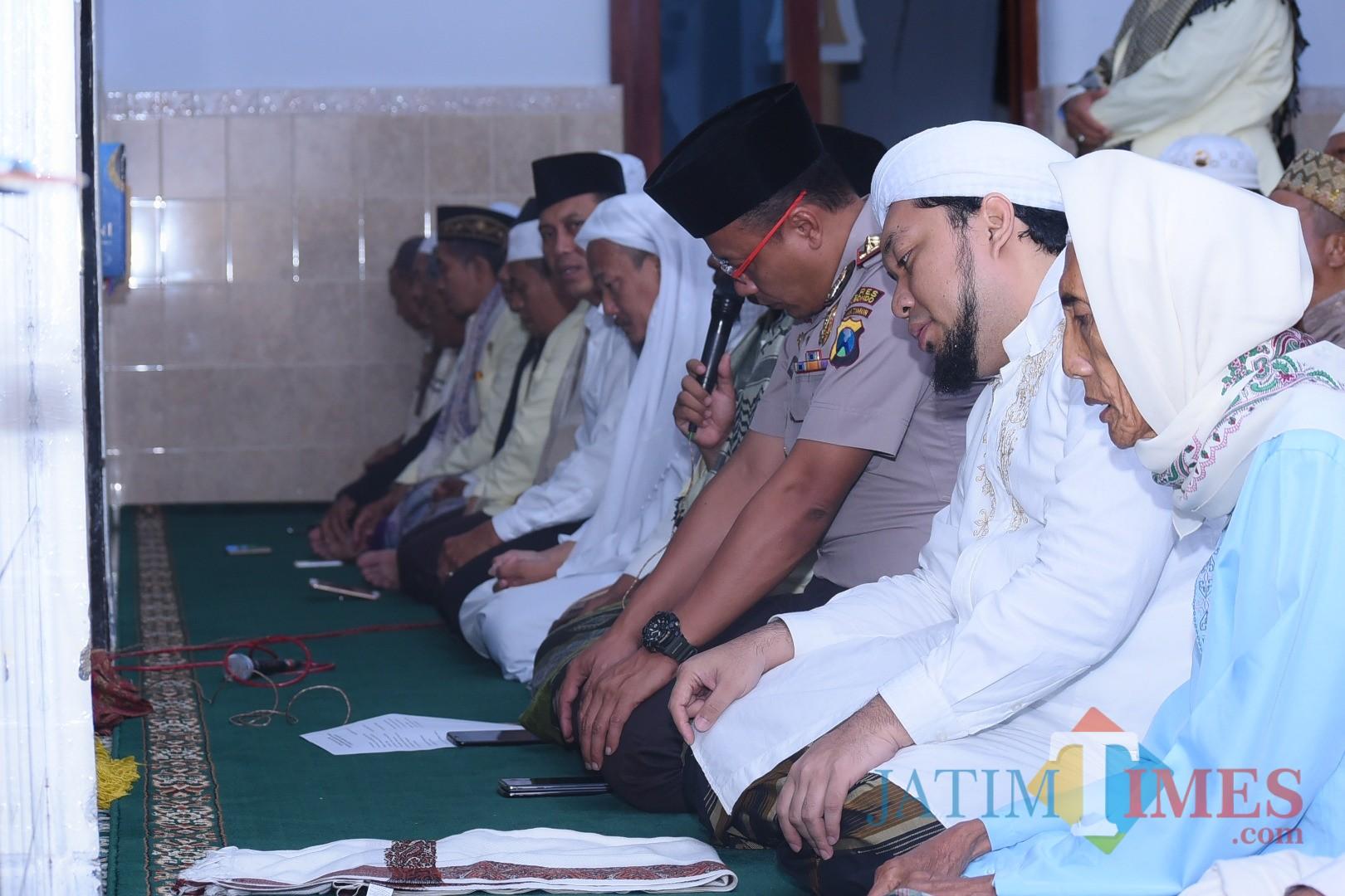 Kapolres berdampingan dengan KHR. Azaim Ibrahimy pengasuh Ponpes Salafiyah Safiyah Sukorejo saat melaksanakan salat itikaf (Foto Sony Haryono / SitubondoTIMES)