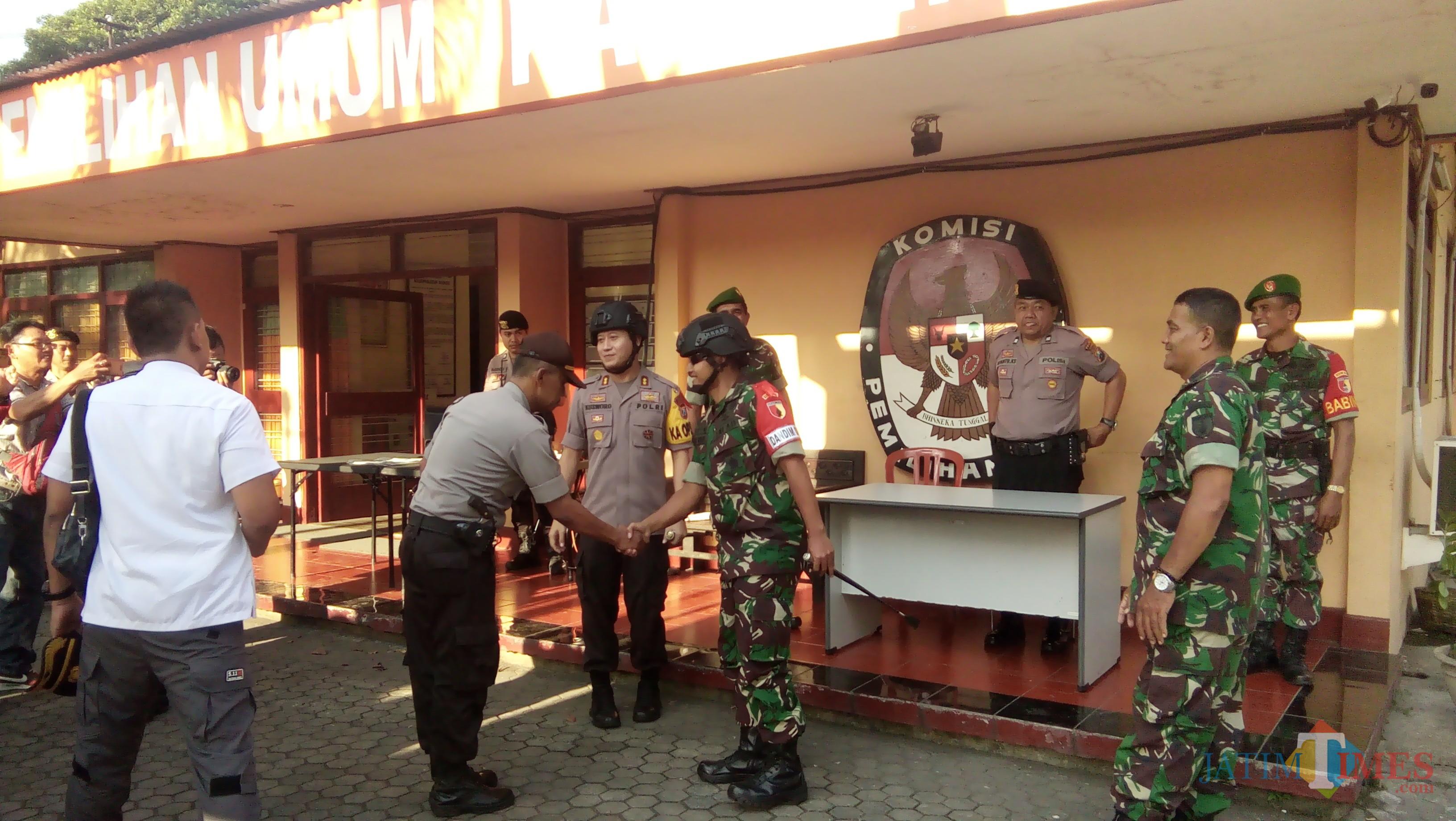 Kapolres dan Dandim 0824 Jember saat mengecek pengamanan kantor KPUD Jember (foto : Moh.  Ali Makrus / Jatim TIMES)