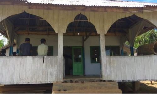 Masjid satu-satunya di Desa Pionto yang kondisinya membuat terenyuh (kitabisa.com)